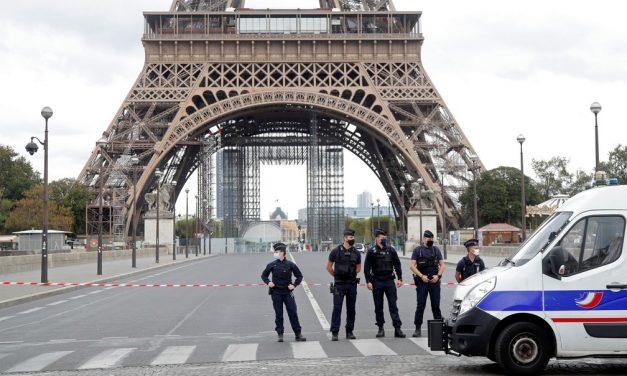 Torre Eiffel, em Paris, é esvaziada