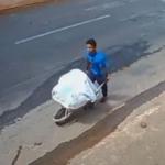 Homem filmado carregando corpo de amigo em carrinho de mão é preso