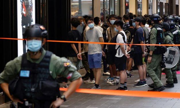 Polícia de Hong Kong prende dezenas para evitar protestos em feriado da China