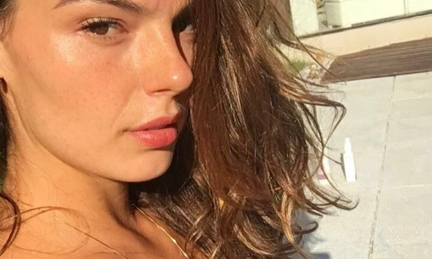 """De biquíni, Isis Valverde mostra corpão em clique na praia e brinca: """"Corta pra dezembro"""""""