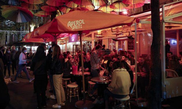 Paris volta a fechar bares para tentar conter nova onda da Covid-19