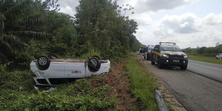 Carro capota após acidente na BR-316, em Santa Izabel