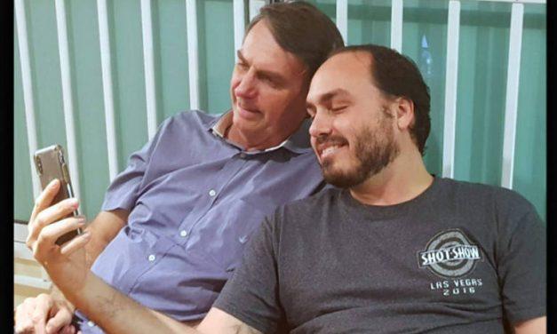 Bolsonaro faz doação irregular de R$ 10 mil para campanha eleitoral do filho Carlos