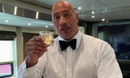 Dwayne Johnson, o The Rock, toma tequila para comemorar marca de 200 milhões de seguidores