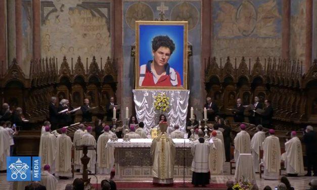 Igreja beatifica o jovem Carlo Acutis, conhecido como 'padroeiro da internet'