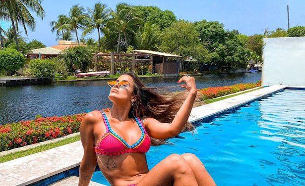 """Ex-BBB Carol Peixinho posa de biquíni e """"turbina"""" bronzeado à beira da piscina"""