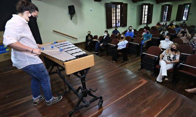 Estado incentiva ensino de música com entrega de novos instrumentos à Fundação Carlos Gomes