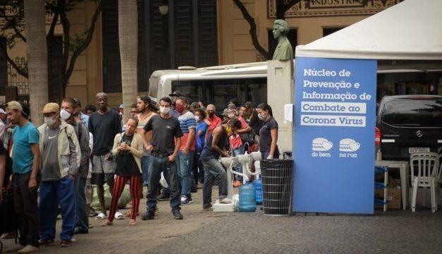 'São mais e mais famílias pedindo': as filas por comida na cidade mais rica do país