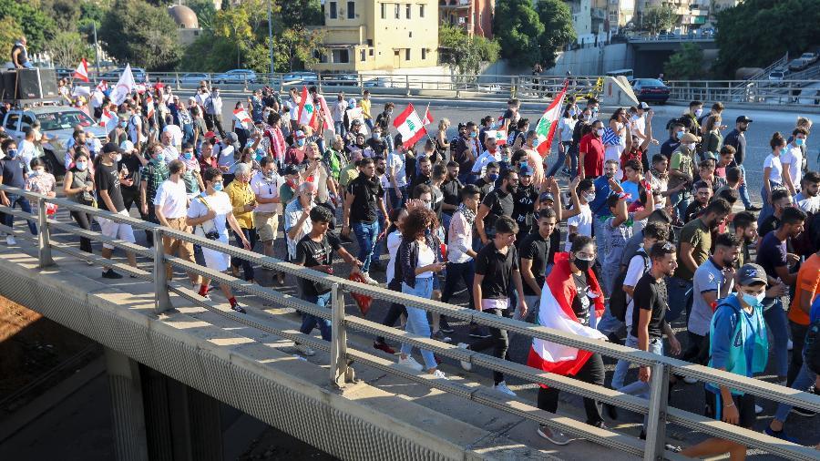 Libaneses saem às ruas para 1º aniversário de sua 'revolução'