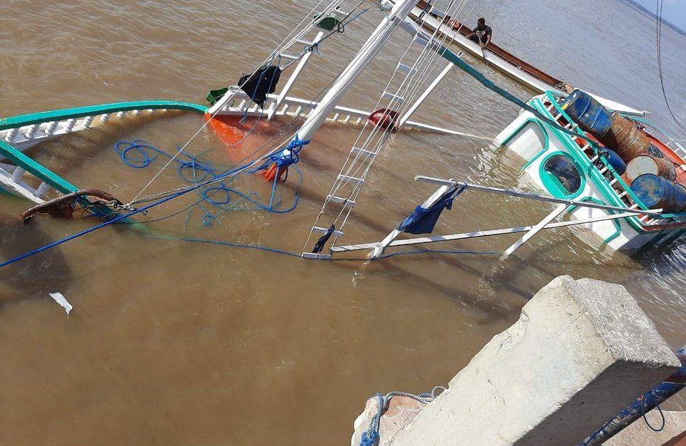 Embarcação carregada de açaí naufraga no trapiche de Icoaraci, em Belém