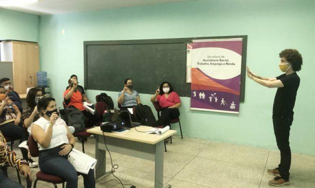 Ensino de Libras para funcionários de empresas facilita acesso de surdos ao mercado de trabalho