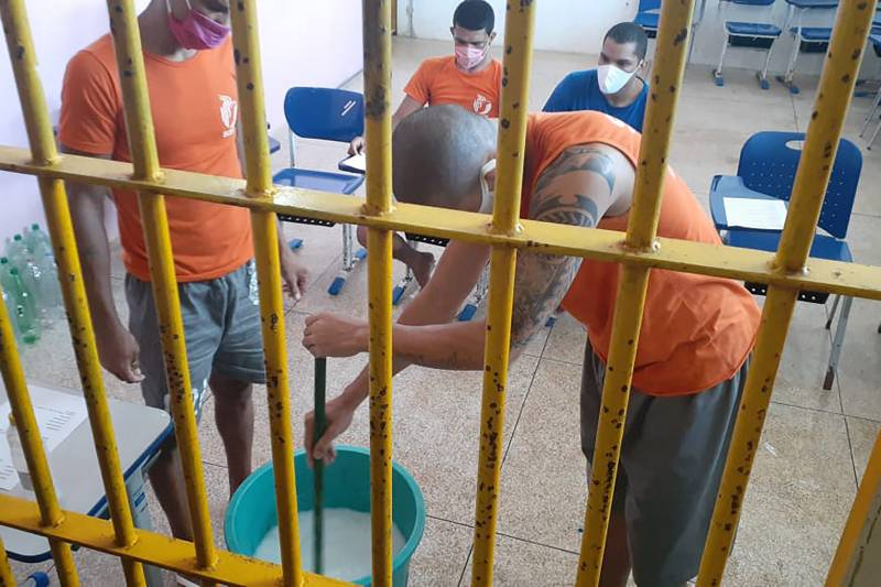 Custodiados participam de oficina de produção de produtos de limpeza pela DPE