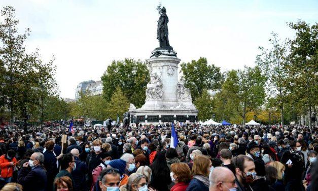 Milhares de pessoas marcham em Paris em memória de professor decapitado