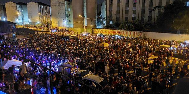 Milhares de pessoas se aglomeram em mega baile funk no litoral de SP