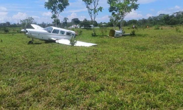 Avião bate em vaca na decolagem e se parte ao meio
