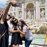 Roma volta a respirar (de máscara) com a volta gradual de turistas