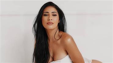 Simaria posta foto sensual e fãs se espantam com tamanho do bumbum
