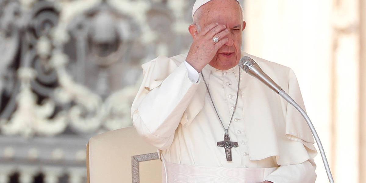 Papa Francisco usa máscara pela primeira vez em público