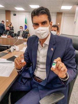 Helder posta foto com vacina em testes para imunização contra o novo coronavírus