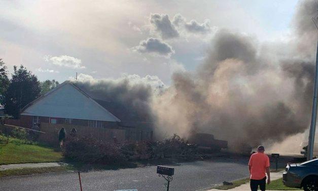 Avião da Marinha cai em área residencial no Alabama, nos EUA