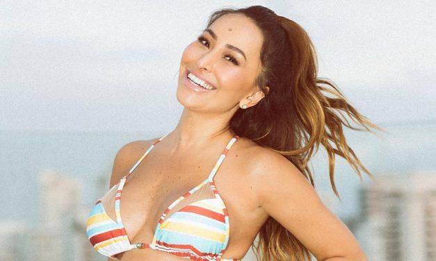 Sabrina Sato ostenta bumbum avantajado em clique ousado na praia