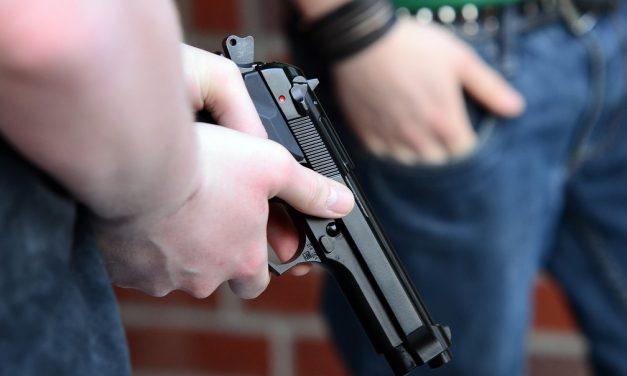 Menino de 3 anos morre nos EUA ao manipular arma de fogo durante festa de aniversário