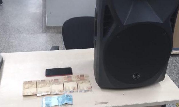 Mulher tenta vender na internet objetos que roubou de igreja evangélica e acaba presa