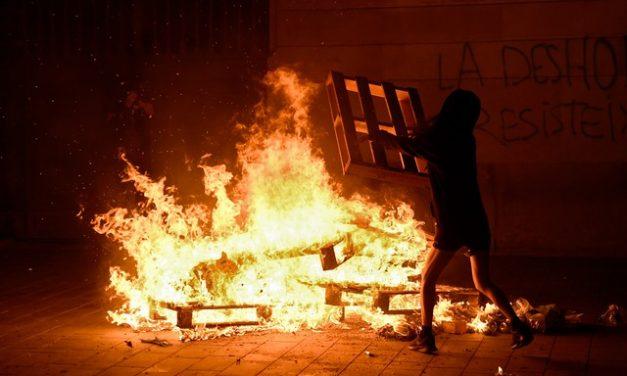 Espanha enfrenta segunda noite de protestos contra medidas de restrição para conter pandemia