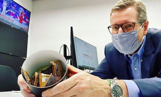 """Márcio Gomes distribui chocolates na CNN e gera """"ciumeira"""" em globais"""