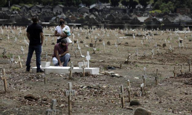 Pela primeira vez desde abril, país registra menos de 20 mil mortes por Covid-19 em um mês