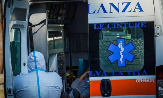 Ambulâncias fazem filas esperando vagas em hospitais de Nápoles