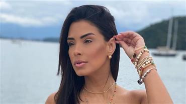 Ex-BBB Ivy Moraes ostenta corpão bronzeado a bordo de biquíni fio-dental