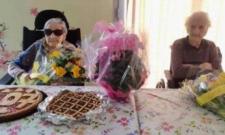 Vovó comemora 107 anos com a melhor amiga, de 105