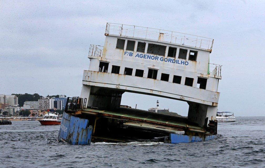Ferry e rebocador são afundados na Baía de Todos-os-Santos e serão usados no turismo subaquático