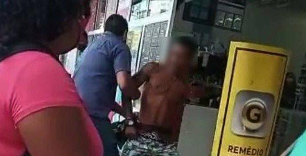 Homem negro é acusado injustamente de roubo e algemado por suposto segurança