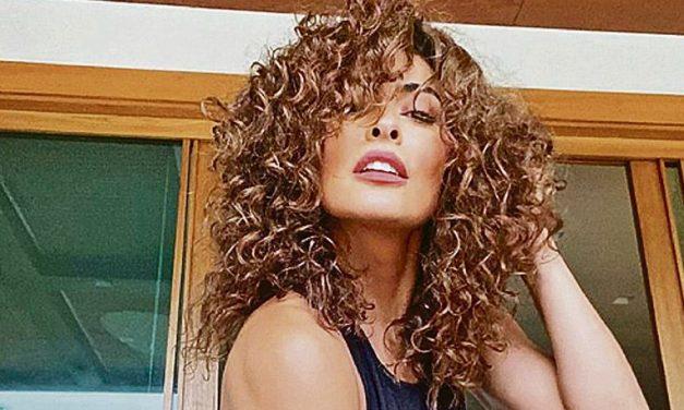 """Aos 41 anos, Juliana Paes exibe curvas generosas a bordo de biquíni de oncinha e provoca: """"Selvagem"""""""