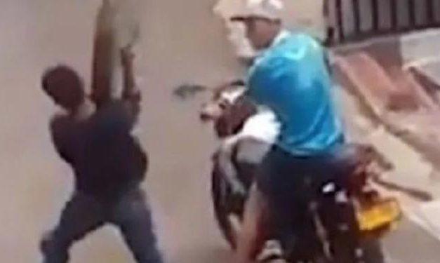 Vídeo: Homem rouba tampa de bueiro e acaba caindo dentro do buraco