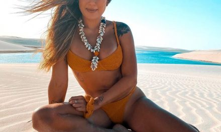 De biquíni fio-dental, ex-BBB Carol Peixinho empina bumbum em clique em paisagem paradisíaca