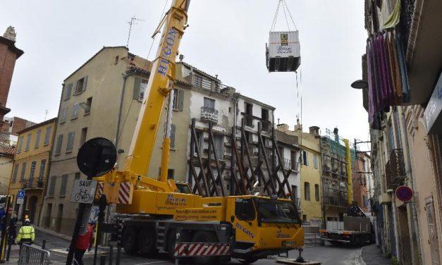 Homem de 300 kg é retirado de casa por guindaste na França
