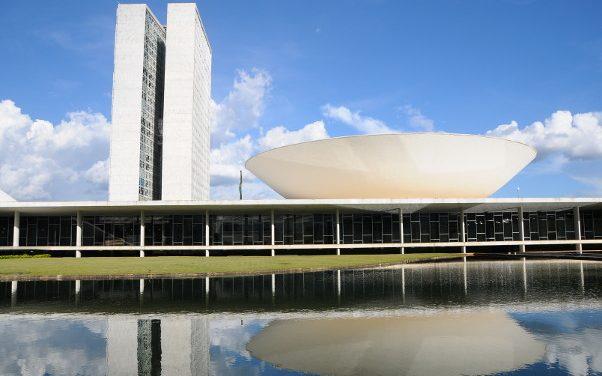Planalto sinaliza com nova distribuição de cargos para influir em disputa na Câmara
