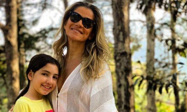 """Ingrid Guimarães posa coladinho com a filha, Clara e ganha elogios de fãs: """"Foto mais linda"""""""