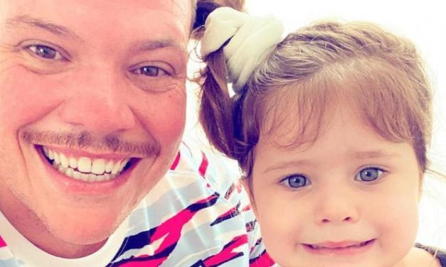 """Ferrugem encanta fãs ao surgir recebendo carinho da filha, Sofia: """"Fofos!"""""""