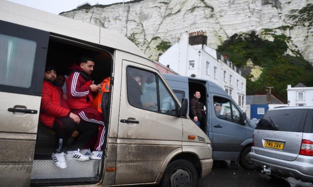 Tráfego de passageiros do Reino Unido é retomado no porto francês de Calais