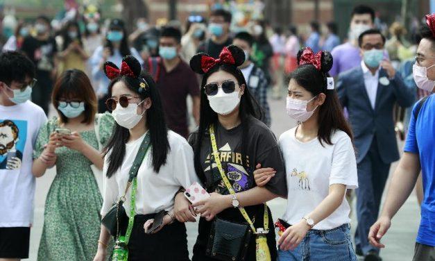 """China destaca """"extraordinário"""" sucesso no combate ao coronavírus antes de receber missão da OMS"""