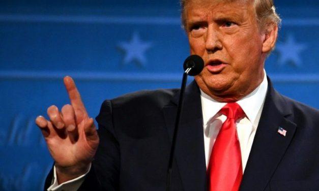Sob pressão, Trump assina plano de alívio econômico de US$ 900 bilhões