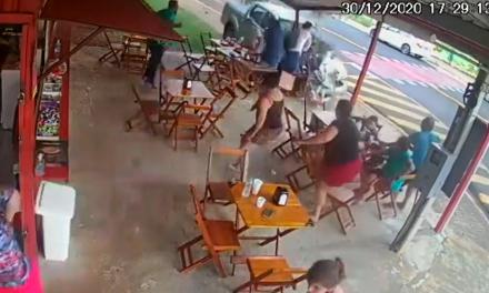 Carro invade pastelaria em Santa Bárbara d'Oeste (SP) e mata uma pessoa