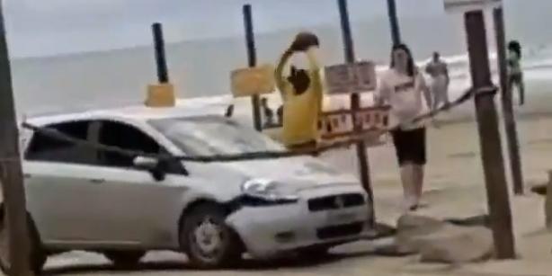 Casal invade praia de Peruíbe (SP) com carro e é atacado com pedras