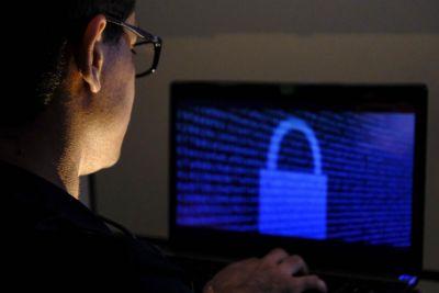 Agentes da Diretoria de Crimes Cibernéticos prendem acusado de golpe contra Igreja