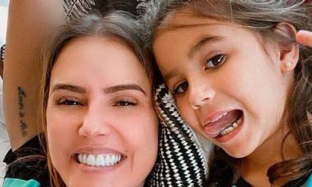 """Deborah Secco agradece por ser mãe de Maria Flor: """"A jornada mais bonita do mundo"""""""