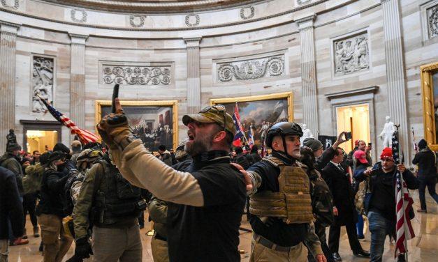 Mais de 90 são presos nos EUA por invasão ao Capitólio; FBI pede ajuda para identificar extremistas